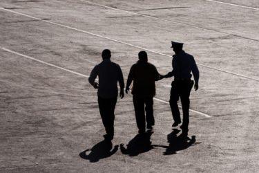 【肩を叩いたら訴えられる?】刑務官の必須知識「暴行陵虐罪」について