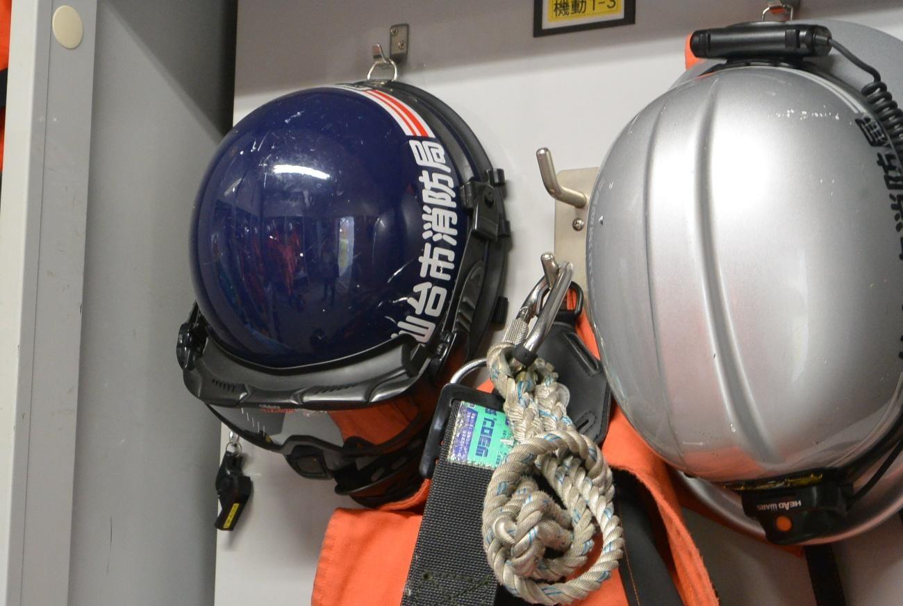 ヘルメットが目印
