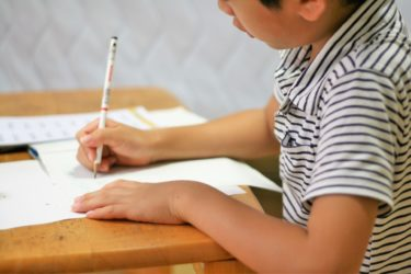 【民間から先生へ】「公立小学校の先生」の仕事内容や給料・残業レポート