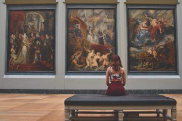美術館で働く「女性学芸員」の一日の仕事内容や年収・給料について